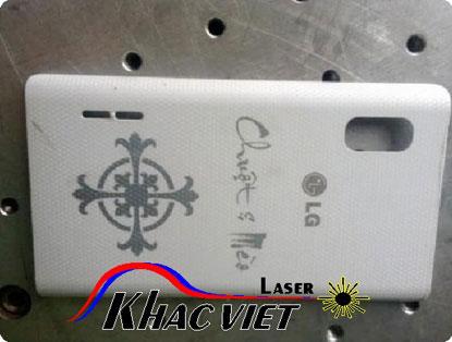 Khắc laser trên nắp lưng điện thoại
