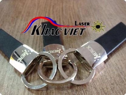 Khắc laser trên móc khóa khắc việt laser