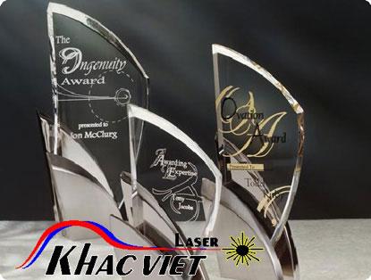 Khắc laser trên kỷ niệm chương, pha lê, khắc laser kahwsc việt